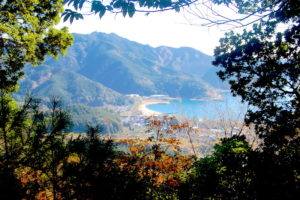 高台からみた三木里海岸と風景