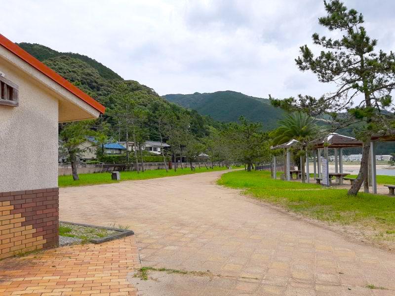 三木里海水浴場名柄海岸のトイレとその前にある東屋
