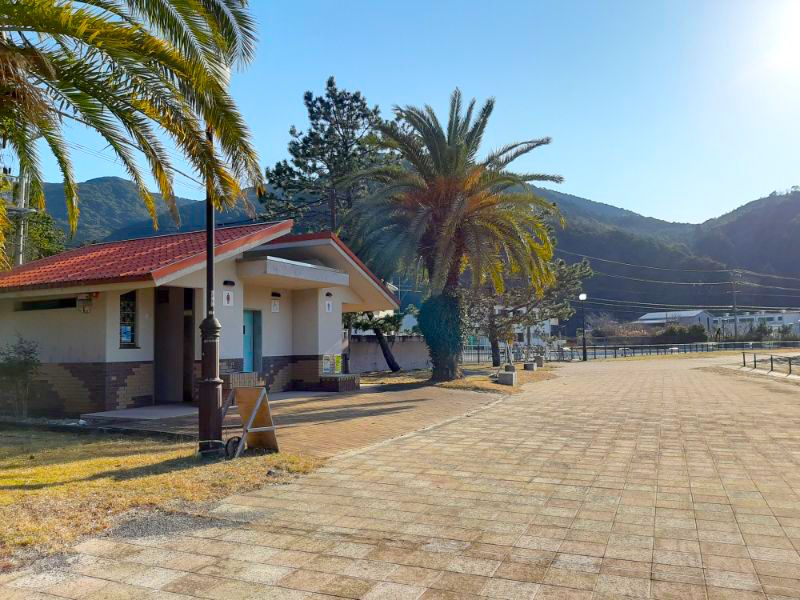 三木里海水浴場名柄海岸の名柄奥のトイレ:シーカヤック体験集合場所